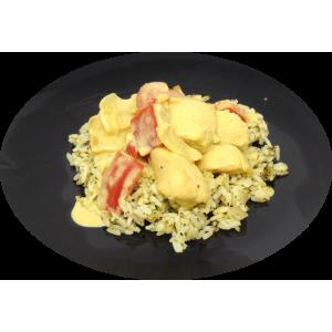 Cari au poulet servi sur un riz blanc