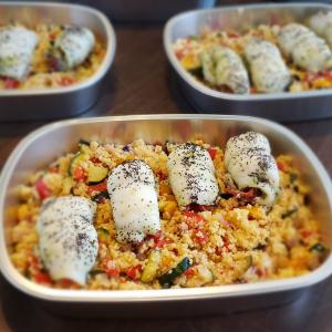 Roulade de poisson au pesto et aux poivrons grillés servie sur un couscous aux légumes